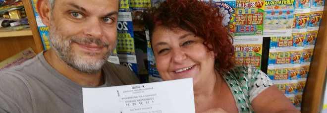Si festeggia la punto vendita Sisal Tabaccheria Smiles di Poggio Mirteto, Guido e Monica