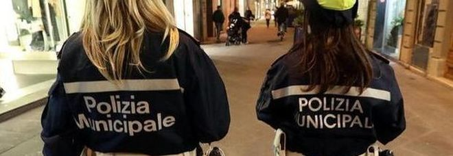 Roma, vigile porta la compagna estetista al comando per fare la manicure alle colleghe in pieno lockdown
