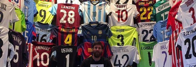 Messi, una collezione di maglie e trofei da museo del calcio