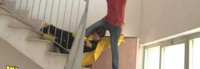 Striscia, Stefania Petyx aggredita a calci e pugni e buttata giù dalle scale