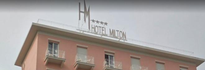 Giovane irrompe in hotel alle 5 del mattino e spacca tutto: «Turisti sotto choc, barricati in stanza»
