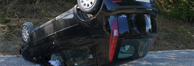 Sbanda e cappotta con l'auto all'uscita da una curva: donna traumatizzata