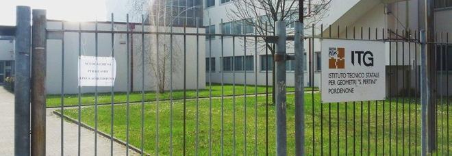 Il cancello chiuso dell'istituto per geometri Pertini