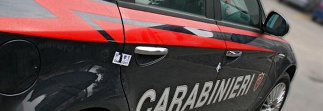 Spara al figlio e alla nuora, poi si barrica in casa: dopo due ore si arrende, i carabinieri lo arrestano