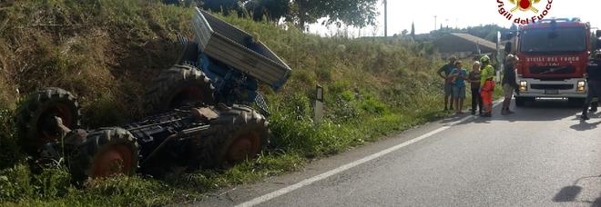 Si ribalta mentre guida il trattore:  agricoltore muore schiacciato