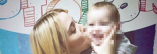 Giovane mamma morta asfissiata: la figlia di 2 anni le chiude il finestrino dell'auto sul collo
