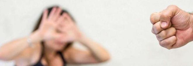 Papà stalker perseguita la figlia con problemi psicologici: arrestato 75enne