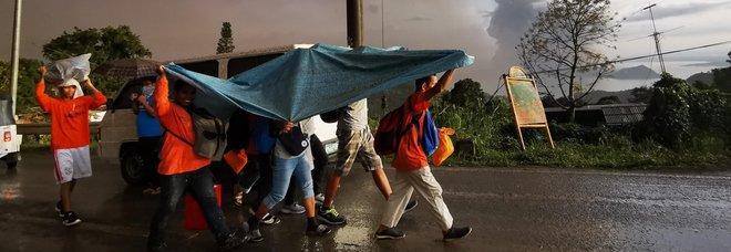Filippine, massima allerta per il vulcano: attesa eruzione devastante, rischio tsunami