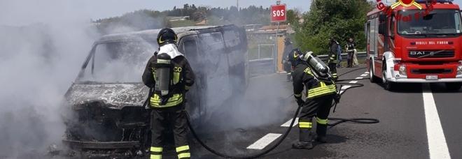 Il furgone prende fuoco all'improvviso: l'autista salva anche il carico