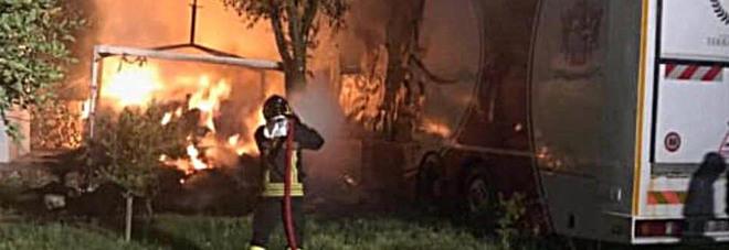 Esplode il portellone di un camion, morto vigile del fuoco: stava tentando di spegnere le fiamme