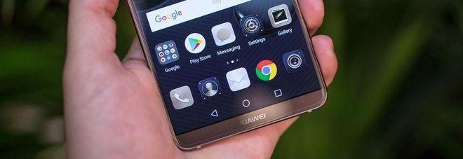 """Allarme degli 007 Usa: """"Non comprate smartphone cinesi Huawei, vi spiano"""""""