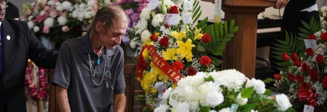Temeva di fare il funerale alla moglie da solo: si presentano in 700 dopo appello su Facebook