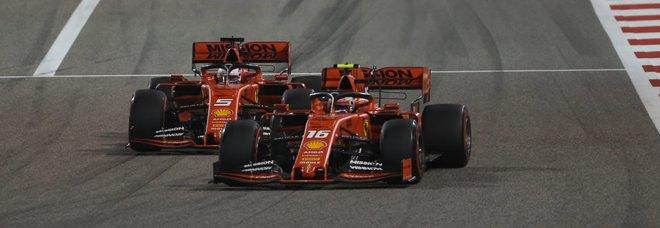 La Ferrari di Leclerc mentre supera quella di Vettel