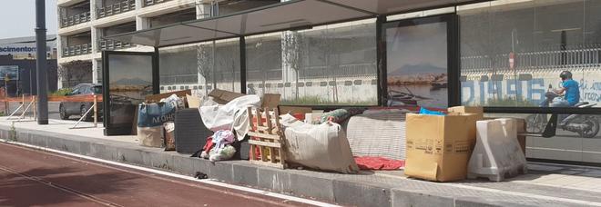 La capanna di rifiuti e cartoni creata dai clochard a via Marina