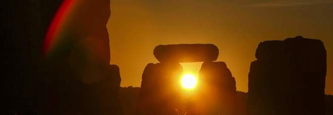 Solstizio d'estate, ecco cos'è: «15 ore di luce in Italia». Stonehenge, festa per 25mila