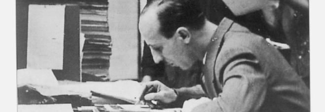 Valentino Bompiani rilegge le bozze dell'Almanacco 1930 presso la tipografia di Amilcare Pizzi