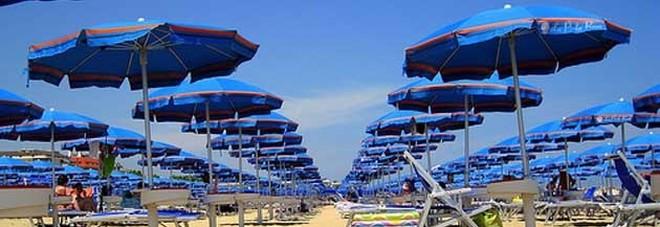 Vendita Ombrelloni Da Spiaggia Napoli.Spiagge In Cilento Doppio Blitz Contro Ombrellone Selvaggio Il