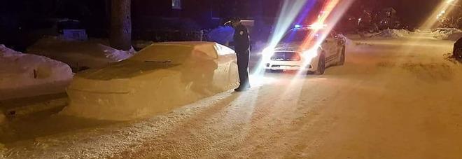Crea una finta auto con la neve in divieto di sosta, la polizia lo multa