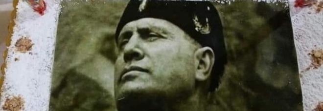 Festa con la torta di Mussolini a Napoli, la municipalità risponde con una cerimonia antifascista: «La Shoah è un orrore»