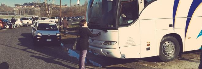 Cara di Castelnuovo, sgombero tra le polemiche: deputata di Leu blocca pullman di migranti
