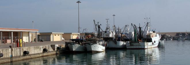 Covid, pescatore positivo: allarme al porto, equipaggio in isolamento