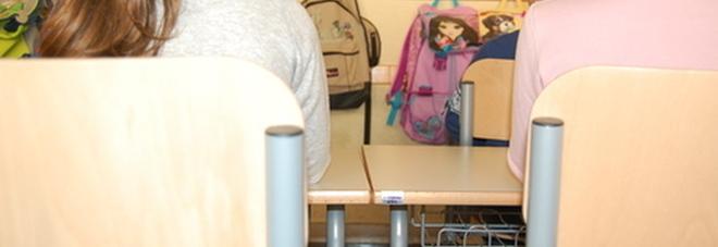 Bagni unisex in una scuola elementare, genitori furiosi: «Le bambine sono imbarazzate, la trattengono fino a casa»