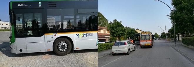 L'autobus danneggiato e il luogo dell'incidente