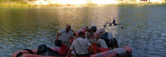 Si tuffa nel lago, trovato all'alba il corpo senza vita del giovane