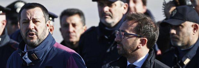Salvini e Bonafede a Ciampino per accogliere Battisti