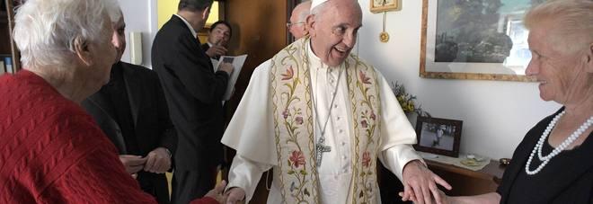 Papa Bergoglio a sorpresa a Ostia, benedizioni alle famiglie delle case popolari e rosari in regalo