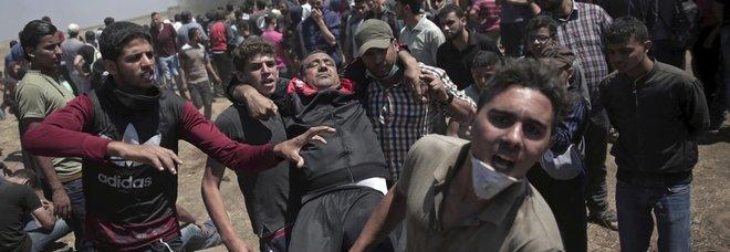 Inferno Gaza, la protesta dei palestinesi: oltre 50 uccisi dall'esercito israeliano