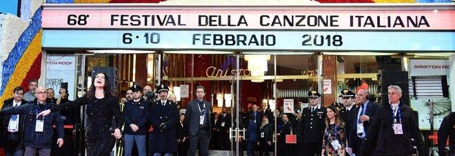 Sanremo, Standing Ovation per Laura Pausini che esce dall'Ariston e canta in mezzo ai fan