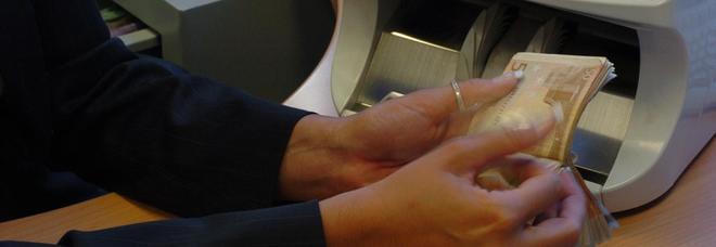 Bancari, firmato il nuovo contratto. Più 190 euro in busta paga e diritto alla disconnesione: niente mail fuori dall'orario di lavoro