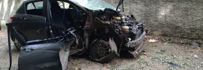 L'auto distrutta dall'ordigno