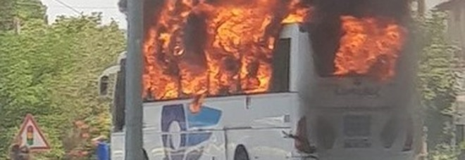 Bus a fuoco in autogrill, paura per 50 passeggeri: stavano andando a C'è posta per te