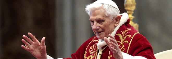 """Papa Ratzinger choc: """"Ha malattia paralizzante, gira in carrozzina"""". La rivelazione del fratello"""