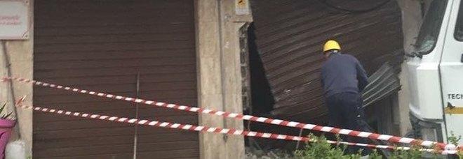Bomba nella notte distrugge un centro estetico: «Sembrava un terremoto». Panico e gente in strada in pigiama
