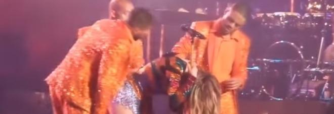 Jennifer Lopez resta piegata durante lo show: non riesce a rialzarsi dopo il casquet -Video