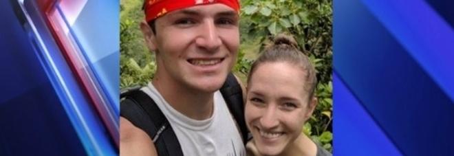 Cade nel cratere del vulcano durante la luna di miele, la moglie lo trova e gli salva la vita