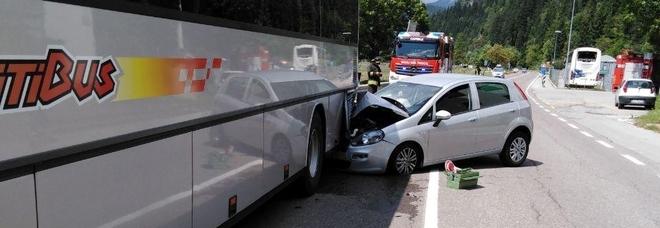 """Sorpasso temerario, la Punto """"entra"""" nell'autobus a Rocca Pietore"""