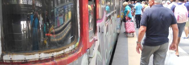 Napoli - Viaggiatori nella stazione di Montesanto