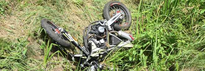 Schianto in moto contro un muretto: morto a 16 anni all'inizio delle vacanze