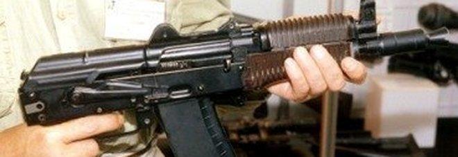 Scoperta choc dentro un tombino:  trovati un kalashnikov e munizioni