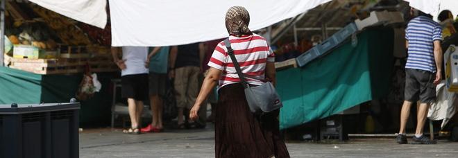 Una mendicante in piazza delle Erbe