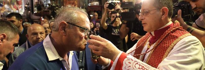 Amarcord primo scudetto del Napoli Sfilata dei campioni in città. E il sangue di San Gennaro si scioglie | Video