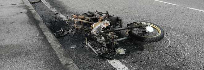Sbanda, cade e la moto s'incendia, trentenne è gravissimo