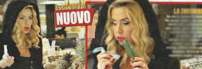Valeria Marini superstar spesa al supermercato con un look da vamp