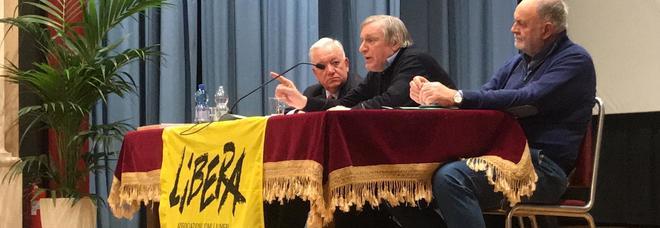 Conferenza di don Ciotti, il sindaco  prende la parola: scoppia la protesta