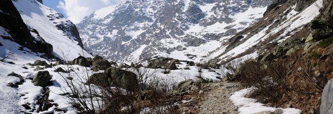 Alpinista muore travolto da una slavina: tragedia nel cuneese a oltre duemila metri di quota