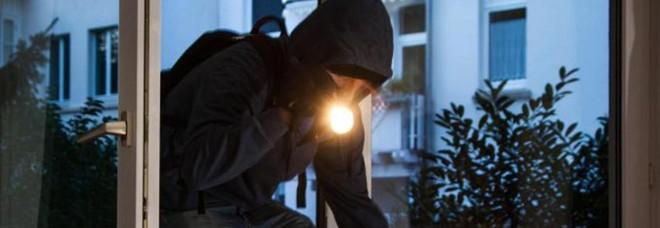 Monte Porzio, gli inquilini escono i ladri fanno razzia di soldi e gioielli